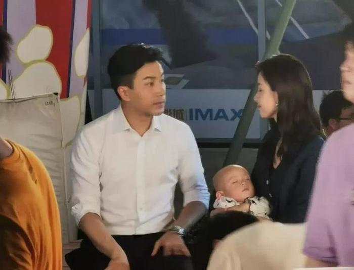 Có kinh nghiệm chăm con thay Dương Mịch, Lưu Khải Uy nhẫn nại dạy Trần Đô Linh ẵm em bé ảnh 2