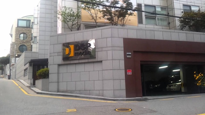 Khu vực này là nơi đóng quân của nhiều công ty giải trí như DSP Media.