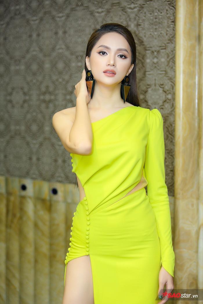 Hoa hậu Hương Giang quyến rũ với thiết kế cắt xẻ táo bạo mang tông màu xanh neon nổi bật.