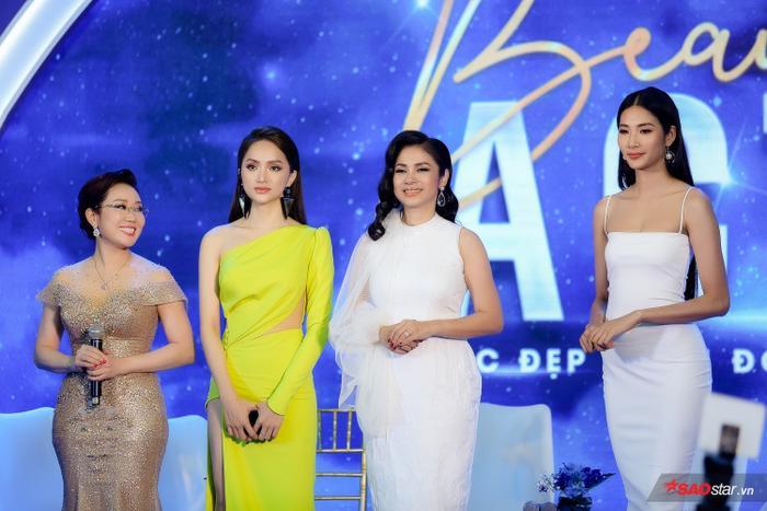 Các nhan sắc Việt cũng rạng rỡ không hề kém cạnh, để lại ấn tượng tốt đẹp với mỹ nhân đến từ xứ Cảng Thơm.