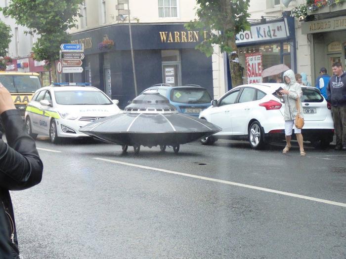 Một trong những chiếc UFO tự chế đang chạy trên đường phố.