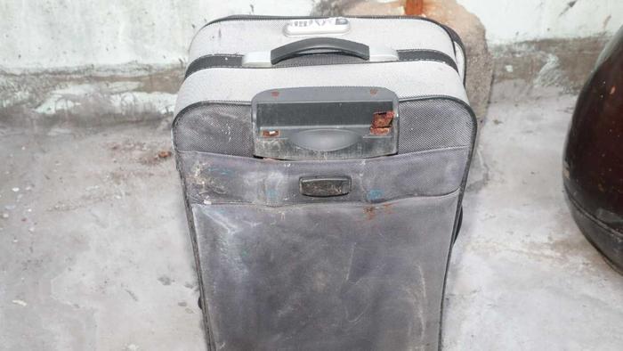 Sau khi phạm tội, họ bỏ xác nạn nhân vào một chiếc vali du lịch (44 cm x 76 cm, 30 cm x 30 cm) đặt trong phòng và sau đó đổ xi măng lên.