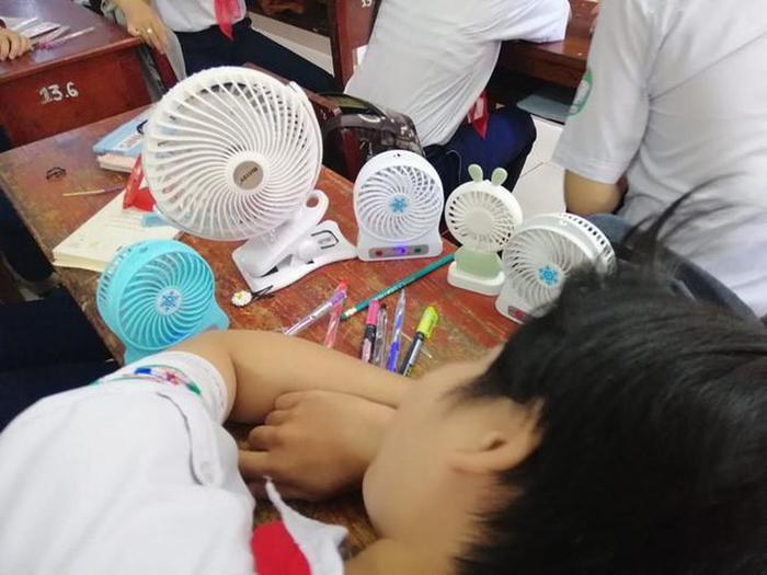 Thời tiết oi bức khiến nhiều bạn học sinh tỏ tra khó chịu và phải sử dụng đến sự trợ giúp của những vật dụng tạo gió.