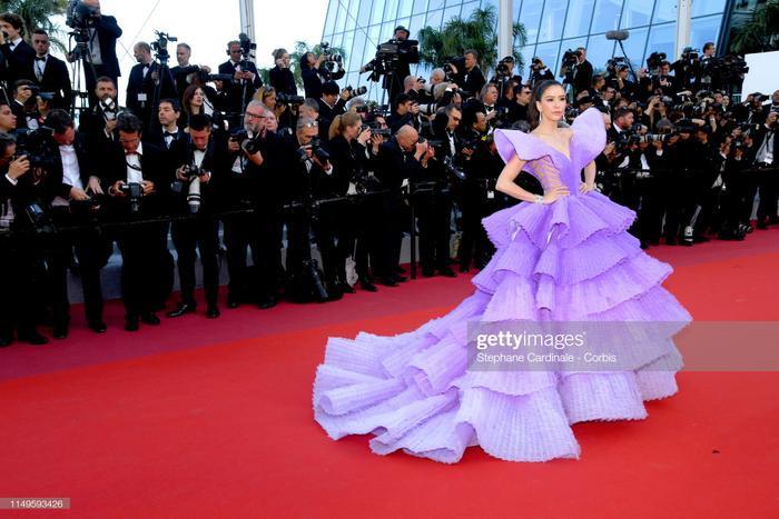 Diễn viên người Thái – Sririta Jensen bừng sáng trên thảm đỏ, trở nên nổi bật hơn bất cứ ai với chiếc váy màu tím bồng bềnh.