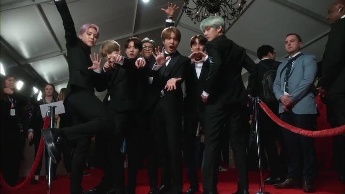 Ngay cả trên thảm đỏ của Grammys cũng không tài nào ngăn cản được độ lầy của những chàng trai BTS. Nếu muốn biết họ cảm thấy thế nào khi tham dự Grammys thì chẳng cần phải hỏi đâu, nhìn bức ảnh này thì đủ hiểu rồi!.