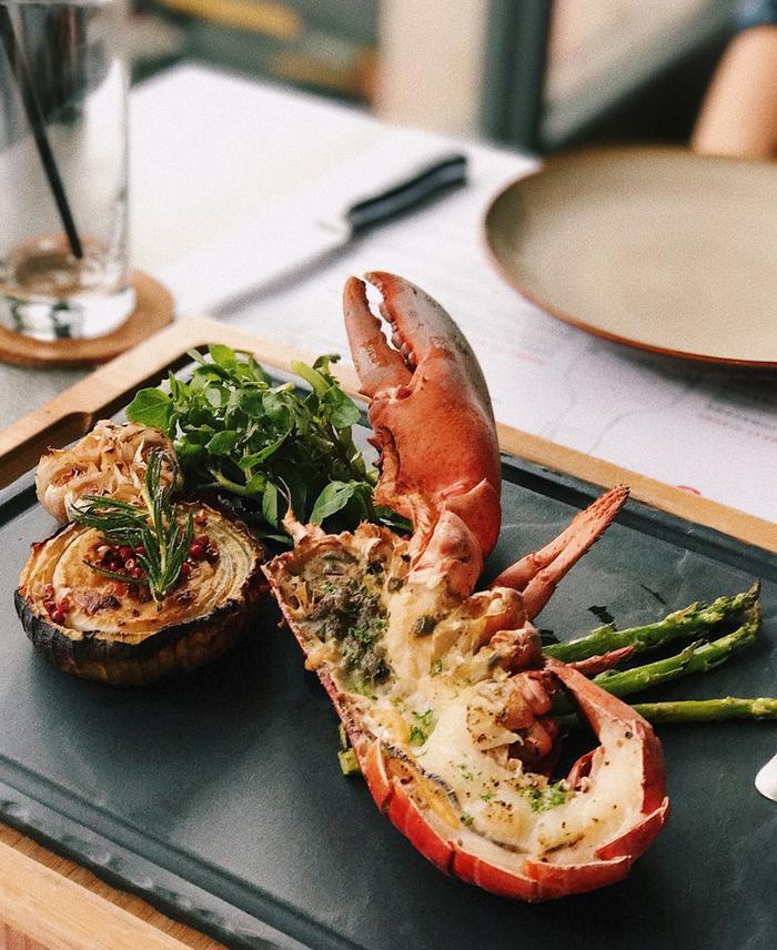 Ngoài ra còn món tôm hùm tươi sống khá nổi tiếng của nhà hàng.