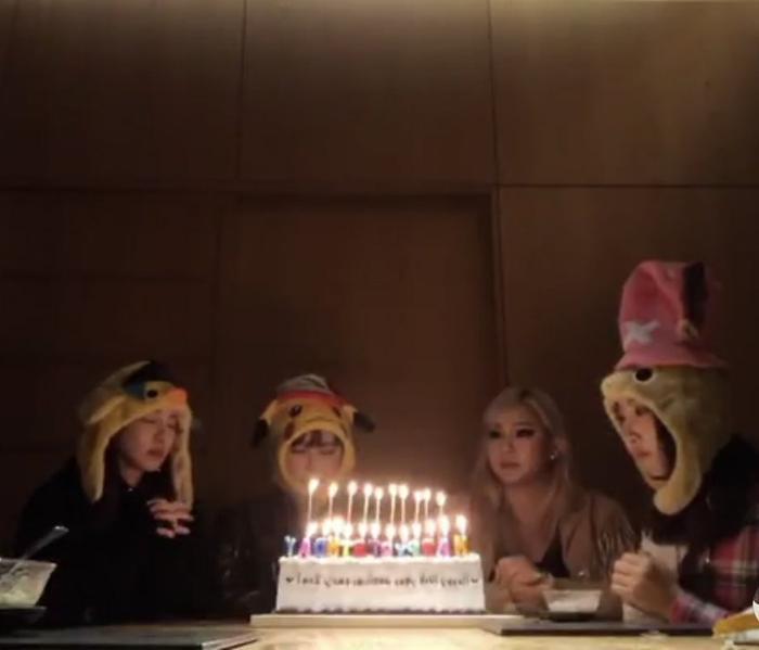 #10yearswith2NE1: Netizen rớt nước mắt nhìn 4 thành viên 2NE1 tụ họp, thổi nến chúc mừng sinh nhật thứ 10 ảnh 2
