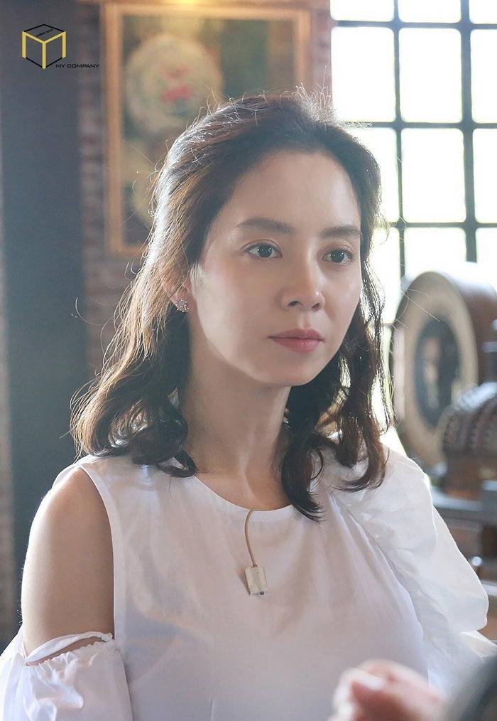 Nữ diễn viên lắng nghe lời giải thích của đạo diễn.