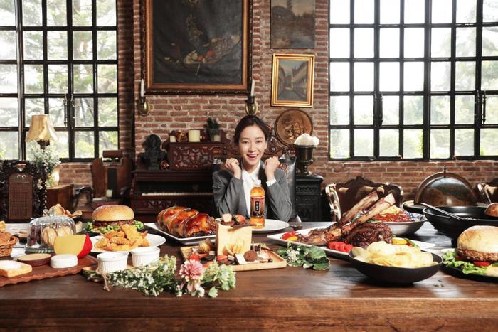 Một bàn ăn chứa đầy thức ăn ngon.