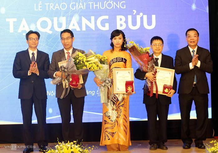 Phó Thủ tướng Vũ Đức Đam (bìa trái), Bộ trưởng Chu Ngọc Anh (bìa phải) trao giải cho ba nhà khoa học.