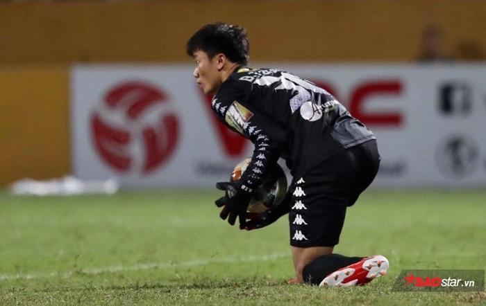 Bùi Tiến Dũng đã mắc sai lầm ngay ngày ra mắt đội bóng Thủ đô.