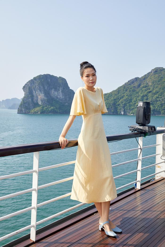 Hoa hậu Thùy Dung chọn cho mình chiếc váy vàng nền nã khi tham dự show thời trang.