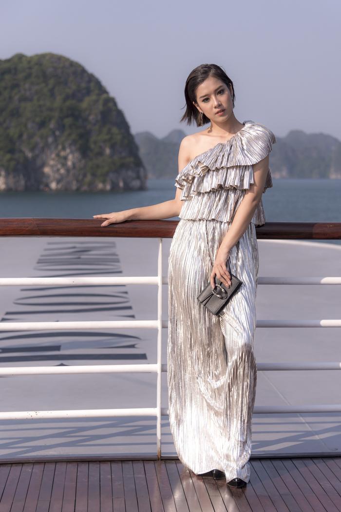 Hoàng Yến Chibi trông lạ mắt cùng mẫu váy lệch vai, có tông ánh bạc xếp tầng.