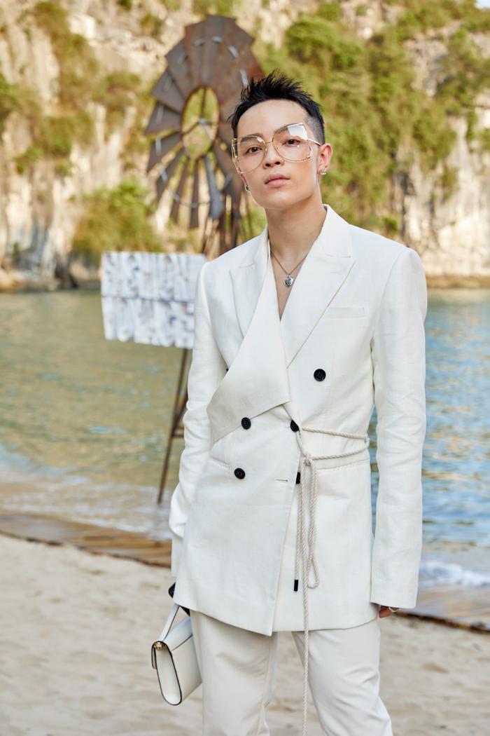 """Stylist Kelbin Lei chọn cho mình set đồ phong cách white-on-white, """"phủ"""" tông trắng từ quần áo đến phụ kiện."""
