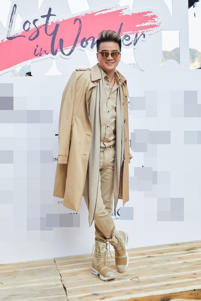 """Diện outfit phối layer với gam màu beige nhã nhặn, Mr. Đàm toát lên vẻ thanh lịch, trẻ trung nhưng cũng không kém phần sang trọng, nam tính. Chủ nhân bản hit """"Vợ tương lai"""" là một trong những nghệ sĩ đến sớm nhất show diễn lần này. Anh vừa là khách mời, vừa giữ vị trí quan trọng trên sàn runway."""