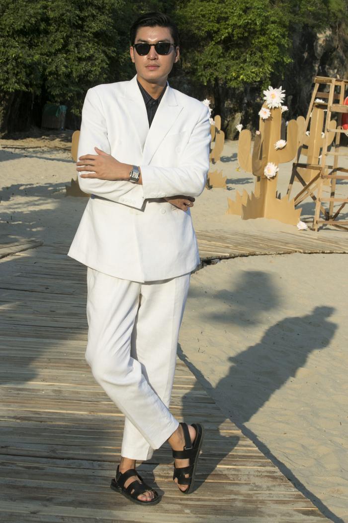 Quang Đại chọn cho mình cây vest tông trắng, mix cùng sandal tạo nên hình ảnh thanh lịch, thư sinh.