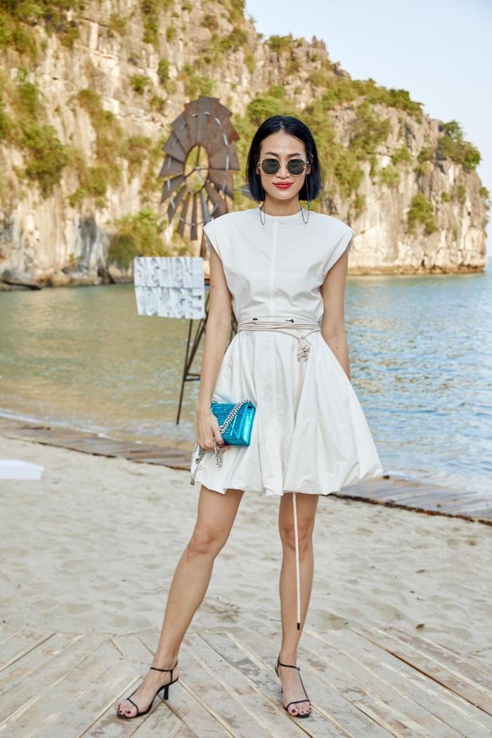 Siêu mẫu Thanh Trúc khoe đôi chân thon dài cùng váy ngắn dáng bí, có điểm nhấn dây thừng thắt bện.