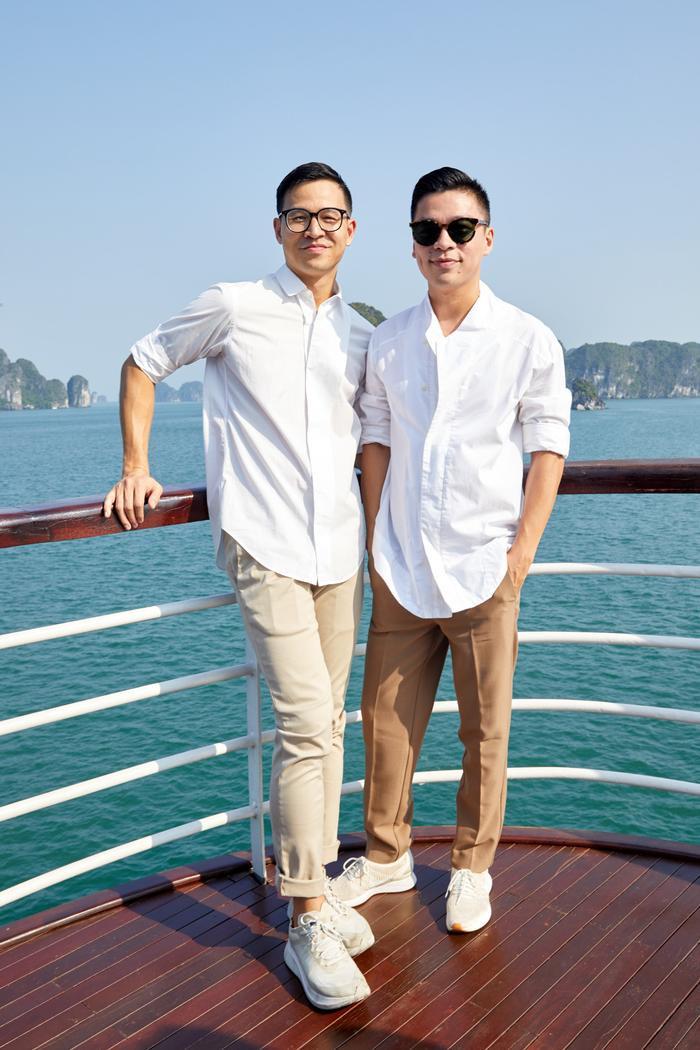 Bộ đôi NTK Adrian Anh Tuấn, Sơn Đoàn bảnh bao trong chiếc áo sơ-mi trắng đi xem thời trang.
