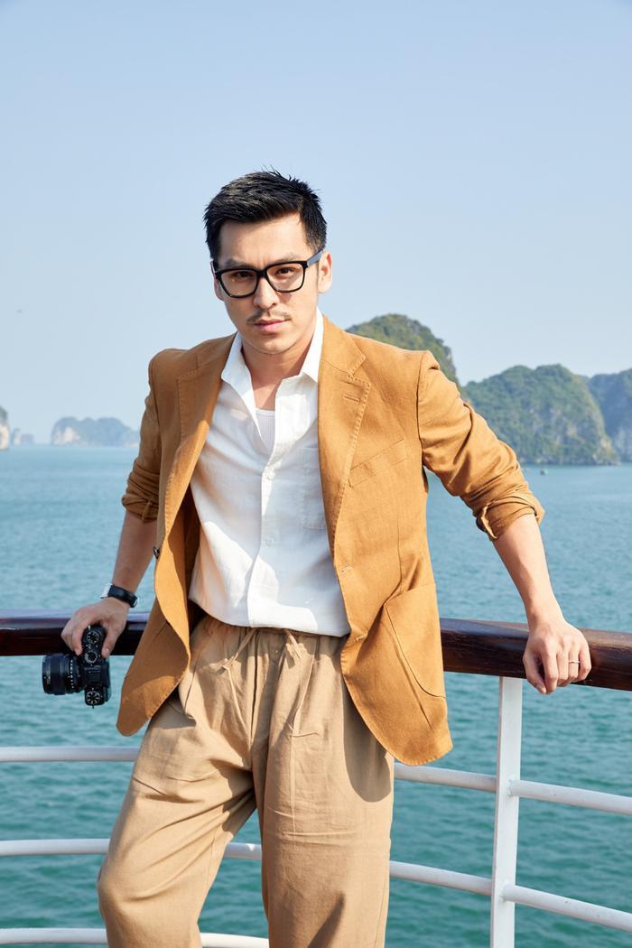 Cùng là vest nhưng của Thiên Minh lại là câu đồ mang tông beige trầm đem đến cái nhìn nhẹ nhàng vào mùa hè.