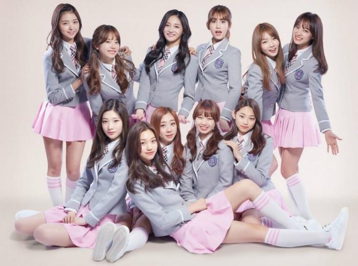 Đội hình debut chính thức 11 thành viên I.O.I năm 2016.