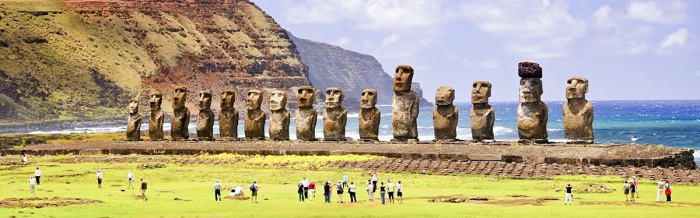"""Nhiều du khách chọn cách ngồi lên các bệ đặt tượng """"để chụp được những bức ảnh sống ảo mà họ có thể chạm tay đến mũi các Moai""""."""