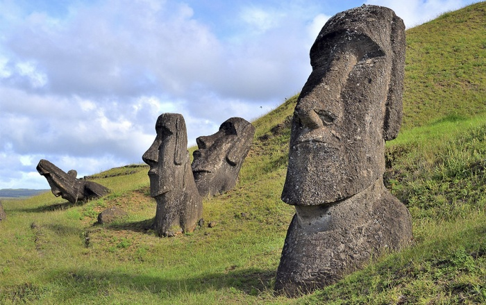 Những bứctượngMoai được tạc từtro núi lửacô đặc tại Rapa Nui,Đảo Phục Sinh,Chile
