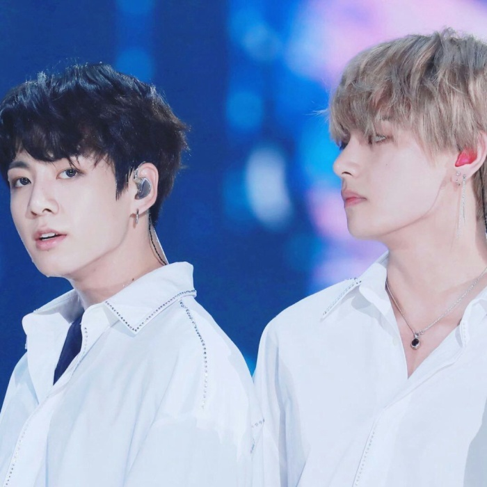 Hai thành viên Jungkook và V.