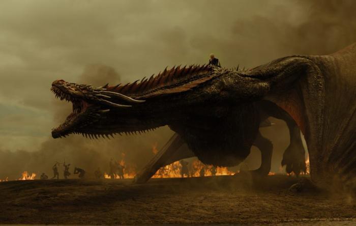 Dragon mang xác mẹ Rồng bay đi sau khi phá hủy Ngai sắt bàng lửa.