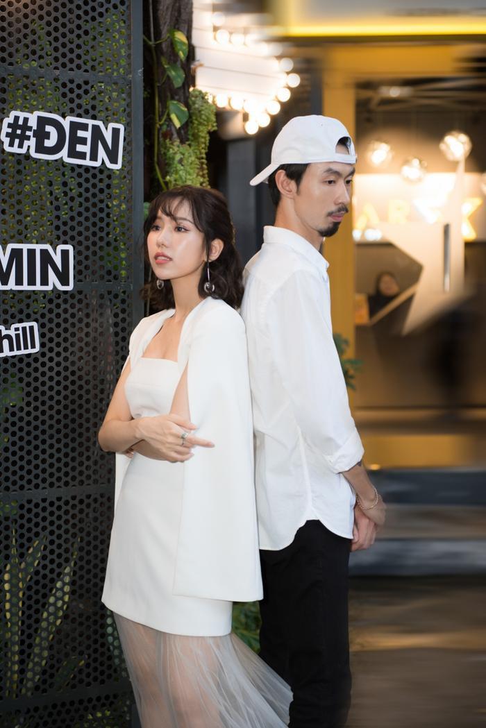 Ca khúc này còn được khán giả chú ý khi Đen Vâu nhắc đến Sơn Tùng M-TP và Hoa hậu H'Hen Niê trong lời bài hát.