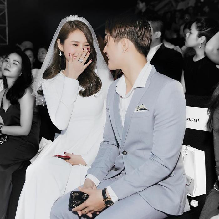 Linh Chi khoe ảnh Lâm Vinh Hải và mẹ vợ tương lai nắm tay nhau đi tung tăng ảnh 1