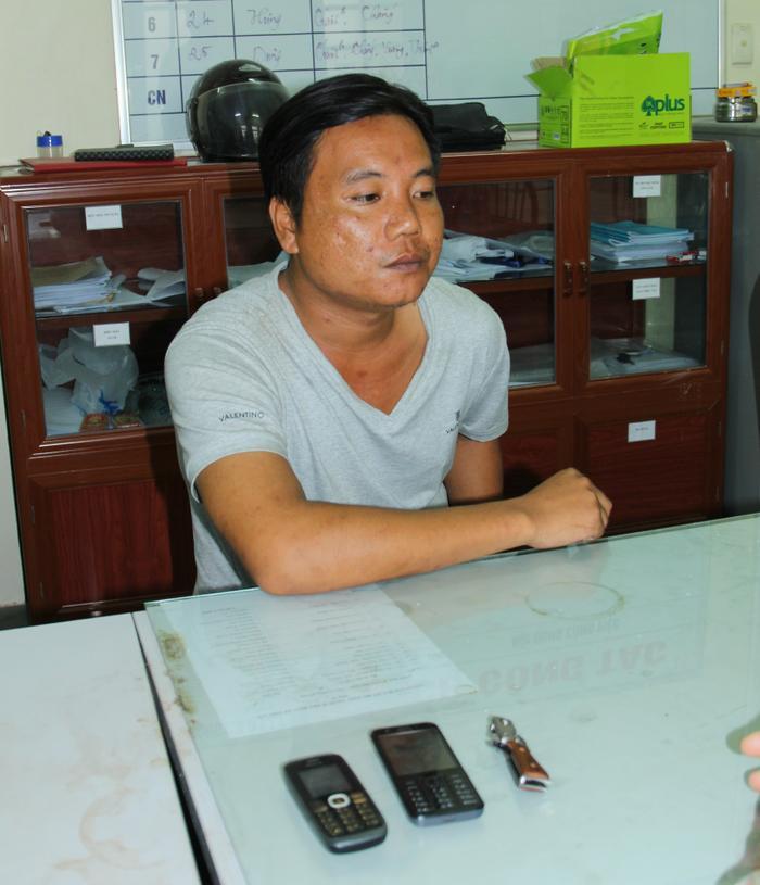 Nguyễn Văn Dũng cùng tang vật vụ án.