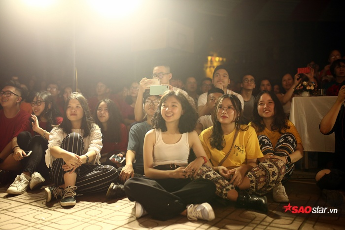Các khán giả cũng cuồng nhiệt không kém