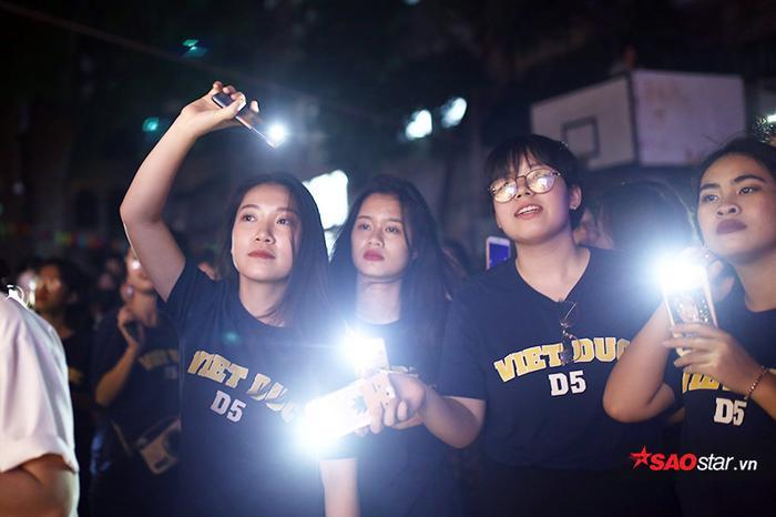 Cùng nhau bật đèn flash cổ vũ các nghệ sĩ không chuyên trên sân khấu