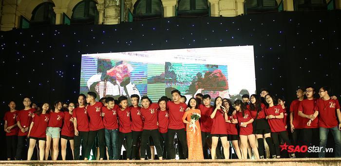 Các thầy, cô giáo cũng hào hứng lên sân khấu cùng những đứa con cưng của mình.