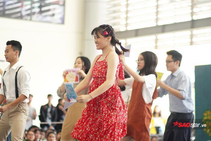 Cận cảnh nét nhiệt huyết, sục sôi của cô gái chuyên Trung khi thể hiện vũ đạo Bài ca tuổi trẻ.