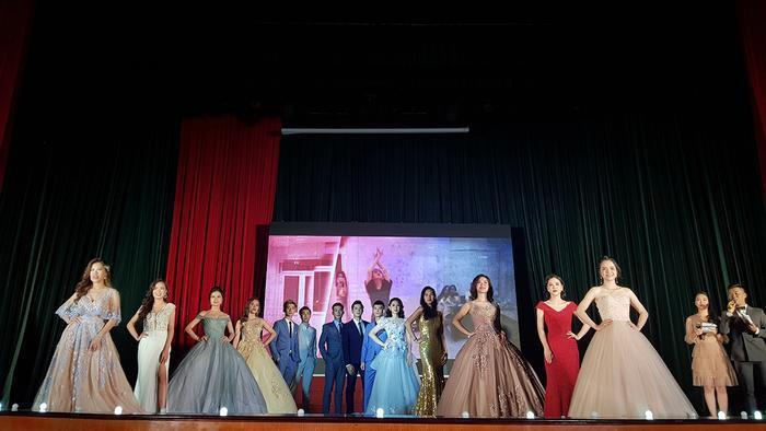 Tối qua 23/5, tại Học viện Ngân hàng đã diễn ra đêm chung kết cuộc thi Tài sắc Ngân hàng 2019. Sau các tiết mục văn nghệ đặc sắc, 14 thí sinh cùng nhau đua sắc, tranh tài chỉ với một phần thi duy nhất: trang phục dạ hội.