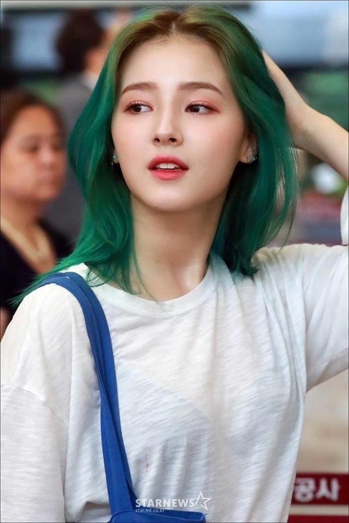 Nữ thần mới nổi của K-Pop có tên đầy đủ là Nancy Jowel McDonie, tên tiếng Hàn của cô nàng từng là Lee Seungri nhưng đã được đổi lại thành Lee Geuru cách đây không lâu.
