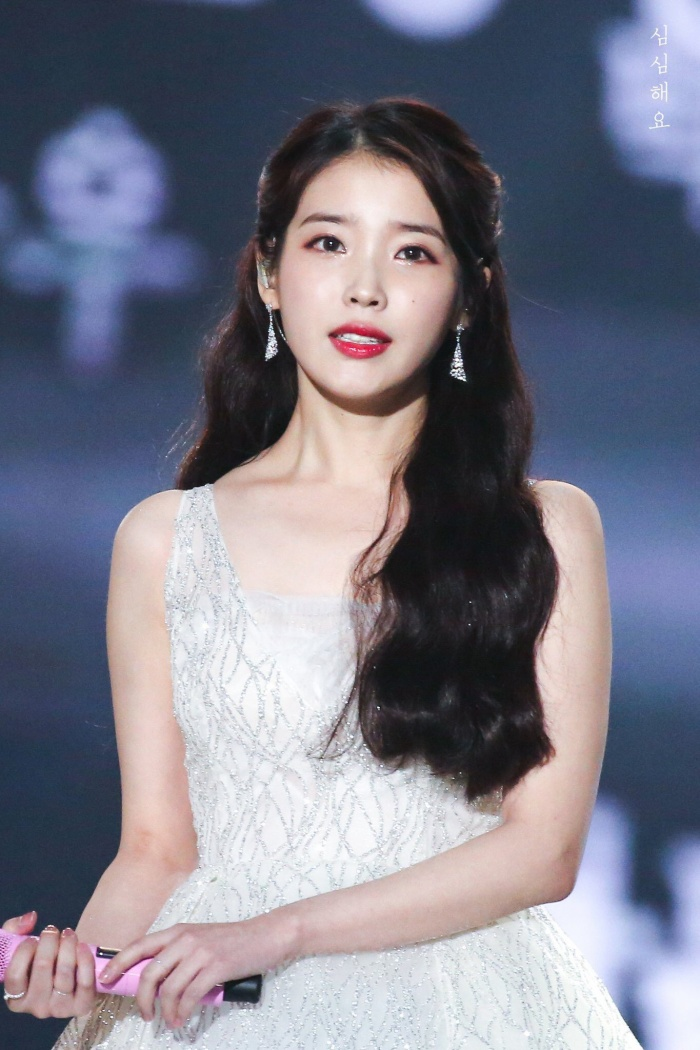 """Tên đầy đủ của """"nữ hoàng nhạc số"""" IU là Lee Ji Eun."""