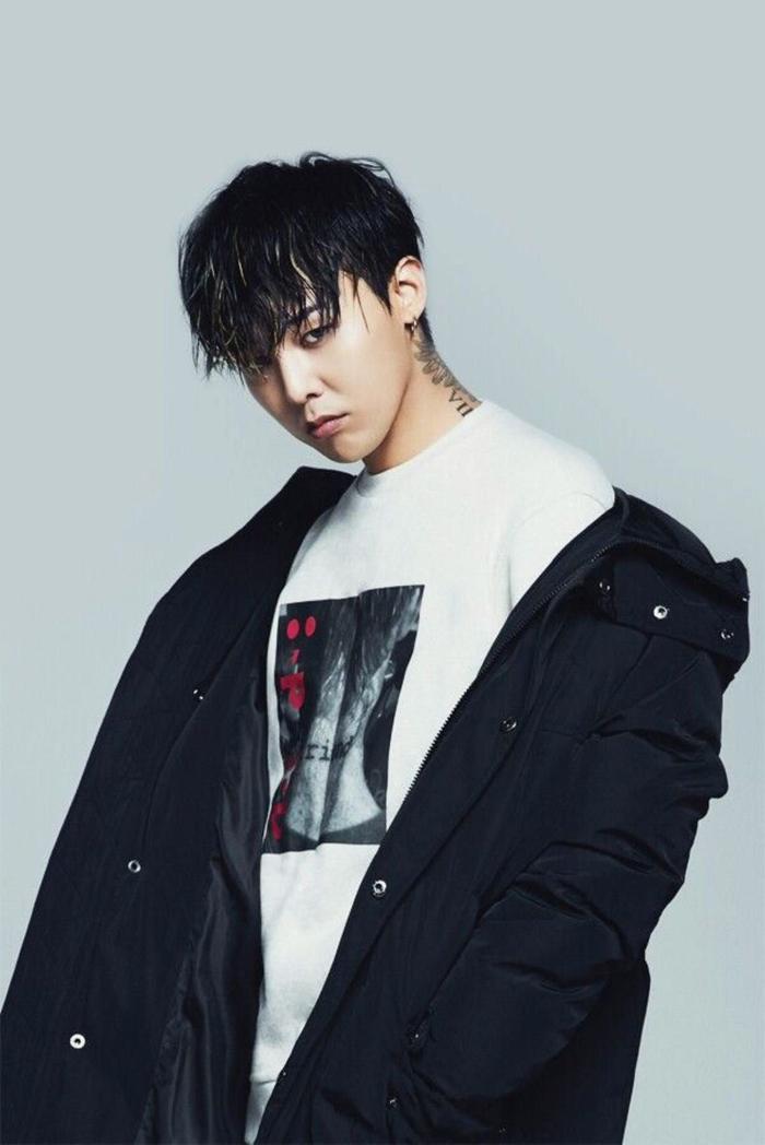 G-Dragon tên thật là Kwon Ji Yong. Nghệ danh G-Dragon bắt nguồn từ tên thật của anh: Ji là G và Yong có nghĩa là rồng trong tiếng Hàn. Anh chàng sinh năm 1988 và theo lịch âm, đó cũng là năm con rồng.
