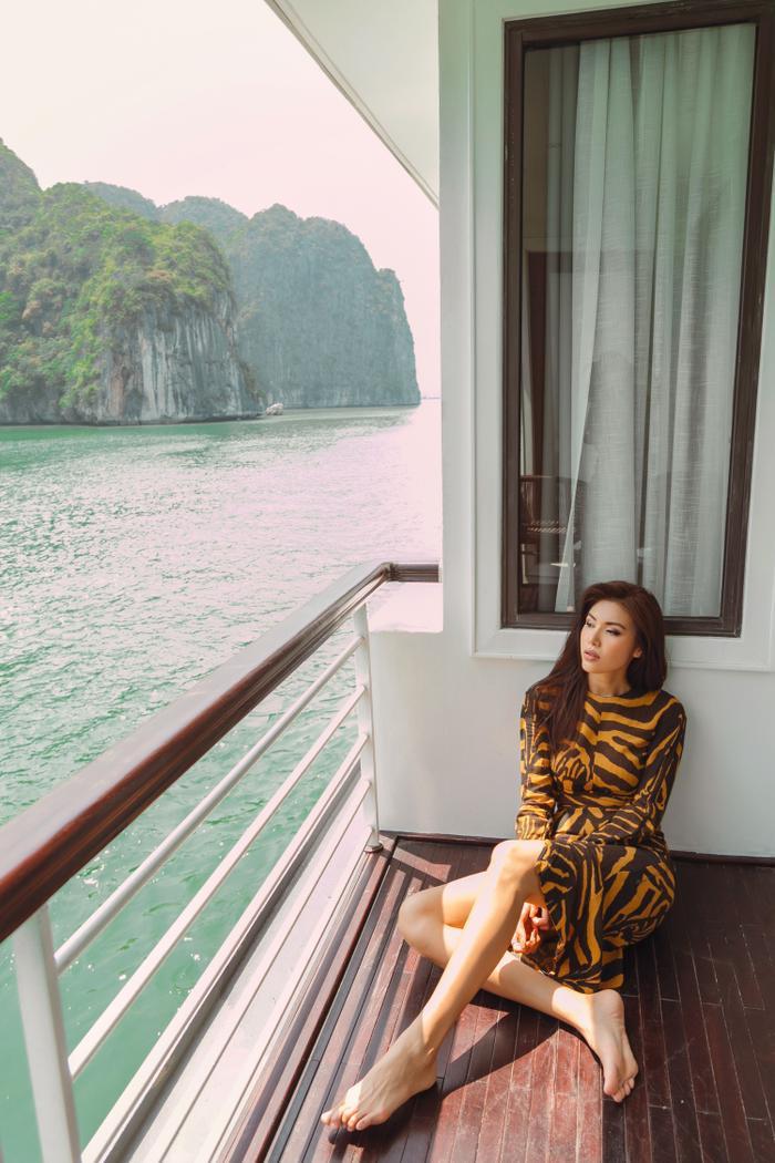 Chỉ tranh thủ 'chụp chơi' trên du thuyền, nhan sắc của Minh Tú cũng đủ khiến fan phải 'liêu xiêu'