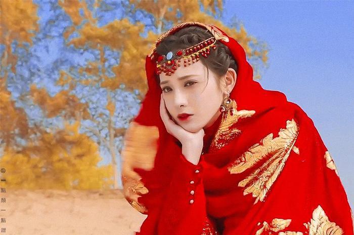 """""""Hồng y nữ tử"""" trên thảo nguyên – Bành Tiểu Nhiễm"""