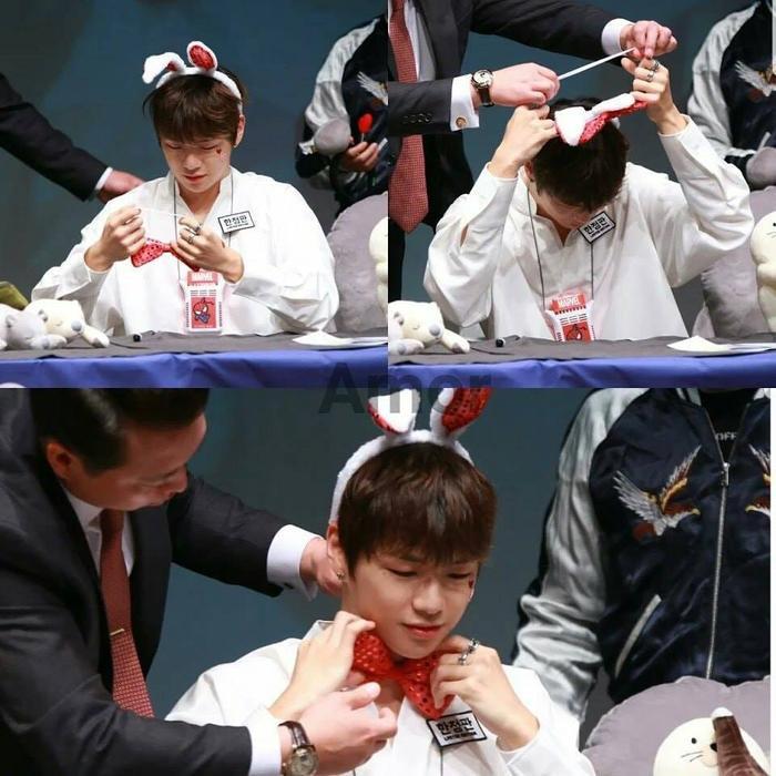 Ahjussi tận tình giúp Daniel đeo đồ fan tặng trong fansign của Wanna One.