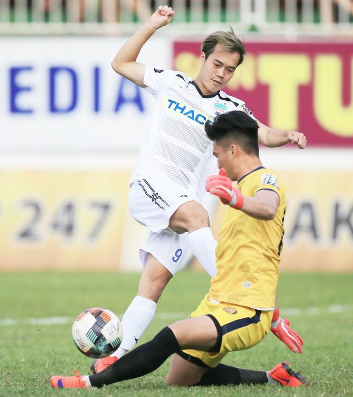 Sự nỗ lực của Văn Toàn không thể cứu HAGL thoát khỏi trận thua thứ 5 liên tiếp trên sân của CLB Đà Nẵng.