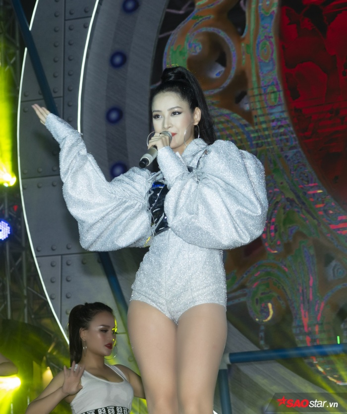 Nữ ca sĩ mang đến chương trình loạt ca khúc EDM đầy sôi động như Talk To Me, Mời anh vào team em, Đóa hoa hồng...