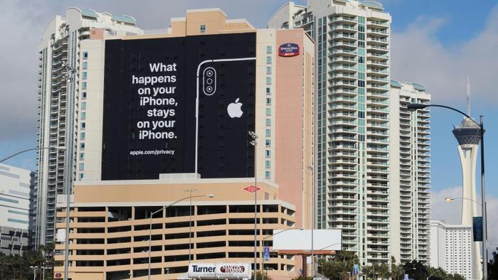 """Tấm banner """"dằn mặt"""" Google của Apple với nội dung """"Những gì xảy ra trên iPhone sẽ chỉ nằm trên iPhone của bạn"""" (Ảnh: Quartz)"""