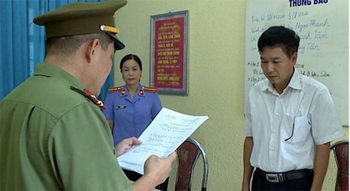 Phó giám đốc Sở GD-ĐT Sơn La Trần Xuân Yến bị bắt do liên quan đến vụ gian lận thi cử gây chấn động dư luận cả nước.