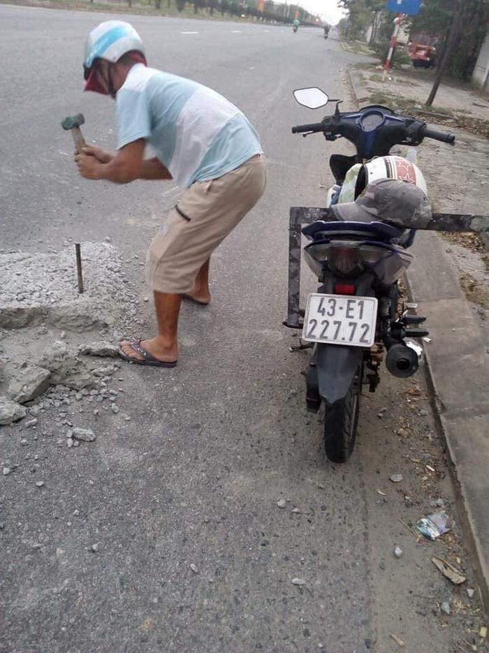 Hình ảnh người đàn ông hì hục đục bê tông trên đường phố Đà Nẵng được chia sẻ trên MXH.