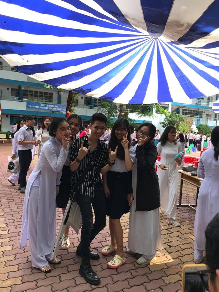 Các bạn nữ tỏ ra rất hào hứng khi được chụp ảnh chung với K-ICM.