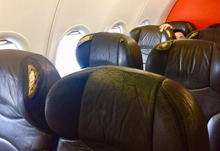 Hình ảnh nhiều chiếc ghế bị rách trên chuyến bay của hãng hàng không Jetstar.