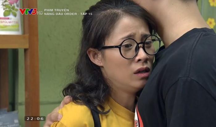 Thanh Long ôm chị Nhàn sau khi biết tin buồn.